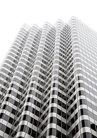 Edificio blanco y negro